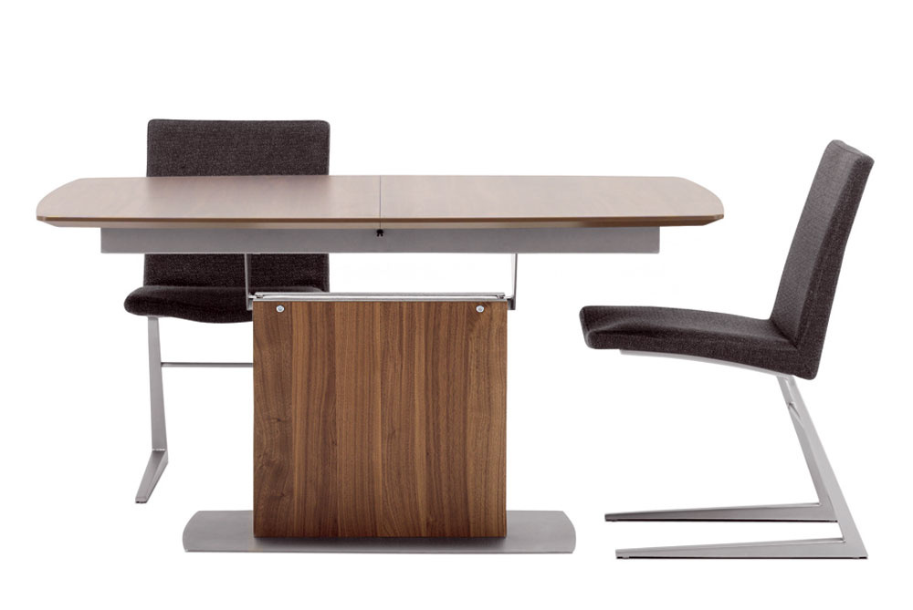 Rozkladací jedálenský stôl. Rozmery: 72,5 × 140/192 × 100 cm. Cena od 1195 €. Predáva BoConcept, Atrium.