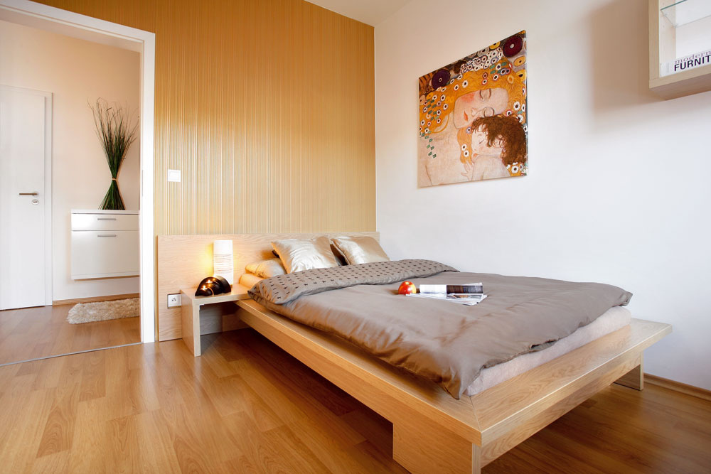 Výmena nábytku, ktorého povrch potiahli fóliou, natoľko finančne nebolí ako zariadenia, na ktoré sa použila dyha. Majiteľka si myslí, že každá spálňa potrebuje časom vymeniť. Posteľ netradičnej šírky 120  cm poskytne jednej osobe dostatok pohodlia na odpočinok a zároveň ponecháva v malej štvorcovej spálni priestor pre veľkú vstavanú skriňu.