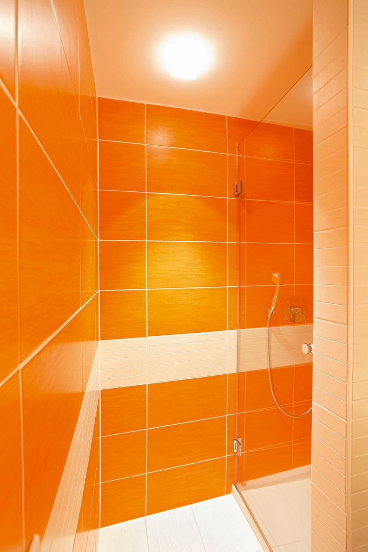 Kúpeľňu rozdeľuje na dve časti polpriečka a malý schodík, ktorým sa vystúpi k plytkej vaničke sprchovacieho kúta.