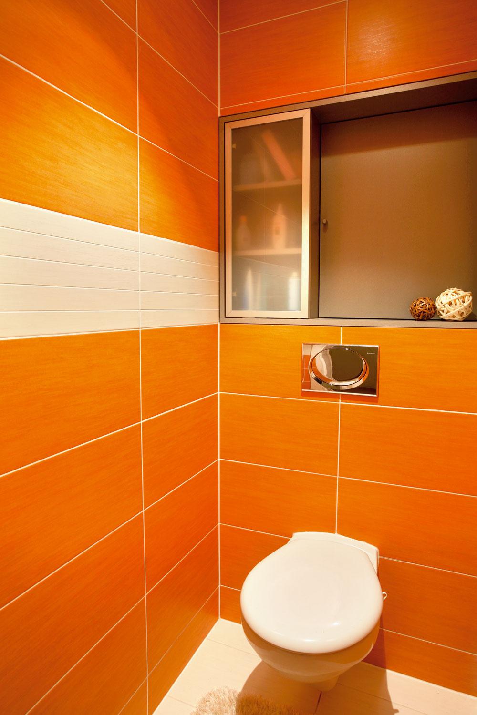 Marianna síce tvrdila, že elegantné vyriešenie prístupu k inštalačnému jadru v miestnosti s WC nie je až takou originalitou, aby sme ju uverejnili, ale nám sa začlenenie hladkých dvierok do nábytkového prvku s úložným priestorom zapáčilo.