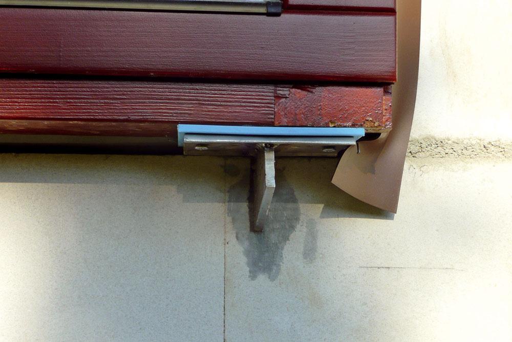 Ideálny spôsob ukotvenia okna vrovine tepelnej izolácie spoužitím antikorovej konzoly.