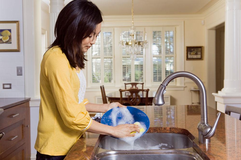 Umývanie riadu pod tečúcou vodou je vysoko neekonomické. To je známy fakt. Ak vaša kuchyňa nemá priestor na dvojitý drez, môžete na oplachovanie použiť samostatnú vaničku. Úsporným riešením je umývačka riadu, ktorá dokáže ušetriť viac ako 50 % vody. Samozrejme, len plná umývačka je hodna prídavného mena šetrná.