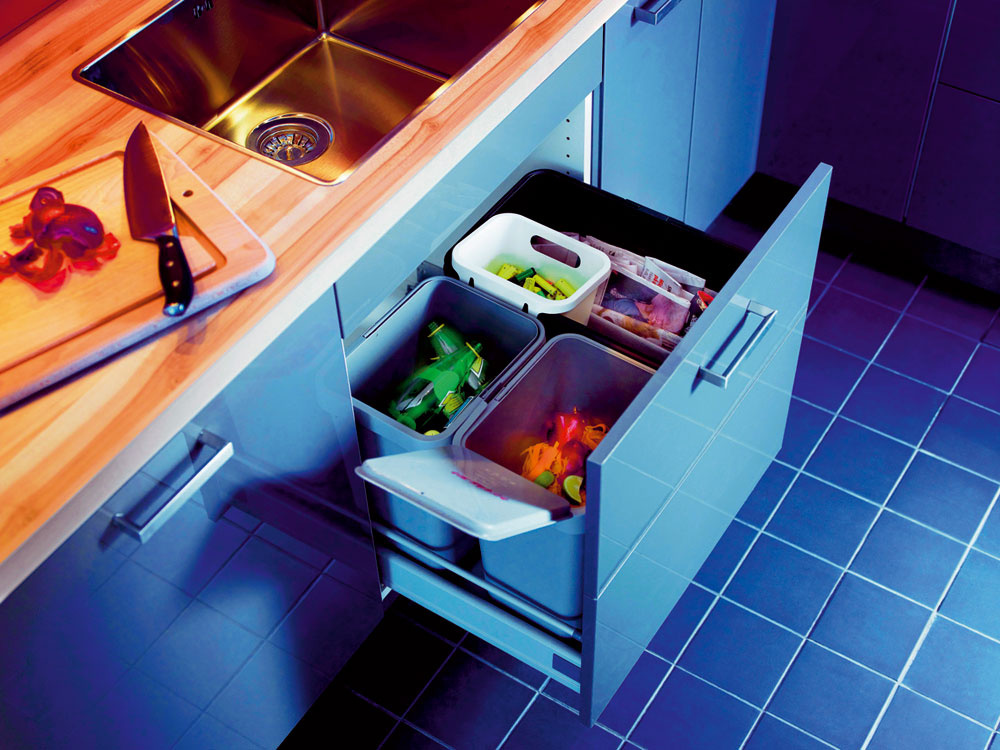 """Bežný kôš na odpadky si svoje miesto hľadá kde-tu po kuchyni – vrohu pri okne, vo výklenku vedľa chladničky aobčas aj na balkóne. Keby sa rátali vaše kroky pri bežných kuchynských prácach, možno by ste boli prekvapení, koľko """"kilákov"""" už máte za sebou. Umiestnením koša na separovaný odpad priamo pod drez si ušetríte námahu vloženú do chodenia. Navyše, triedením odpadu robíte službu životnému prostrediu avkonečnom dôsledku aj samým sebe."""