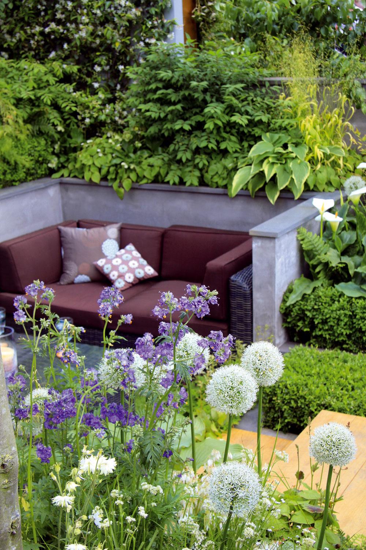 Život mnohých rodín sa vlete zveľkej časti odohráva vonku, vzáhrade. Stouto silnejúcou tendenciou súvisí aj čoraz širšia ponuka záhradného nábytku, svietidiel či doplnkov, avneposlednom rade aj rastlín, ktoré letný pobyt vzáhrade ešte viac zatraktívnia.