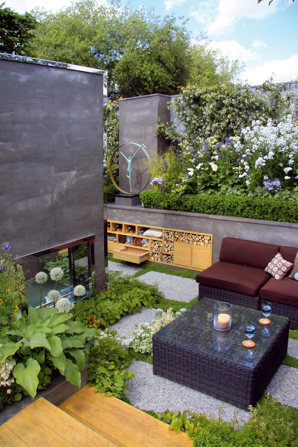 Súčasťou záhrady je moderný kozub aj netradičné miesto na odkladanie všetkého potrebného priamo vspodnej časti vyvýšeného záhona.