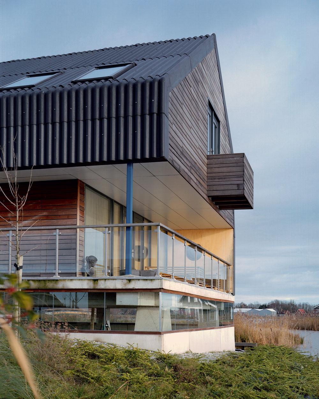 Vzhľad terasy ovplyvnil okrem iného aj vietor, ktorý je pre Holandsko charakteristický. Podľa pôvodného návrhu malo mať zábradlie výplň taktiež zvlnitého plechu, ako pokračovanie línií fasády. Dodávateľ však nemohol garantovať, že vydrží silný vietor, zvyčajný vtejto oblasti, preto sa autori nakoniec rozhodli pre sklo.