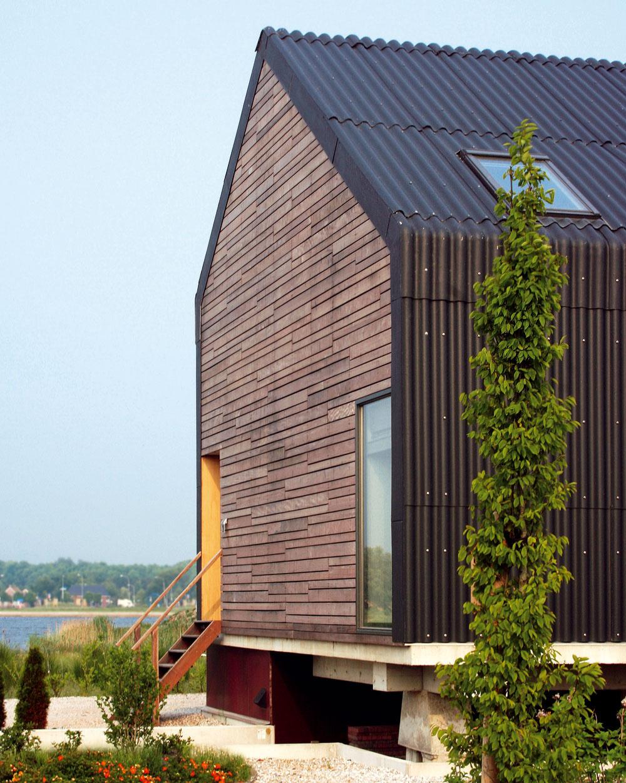 Steny astrecha tvoria jeden celok. Architekti tým jasne naznačili, že plášť budovy je tu hlavnou témou. Vlnitý plech odkazuje na typické holandské stodoly apriznané betónové pilóty ešte podporujú industriálne pôsobenie domu.