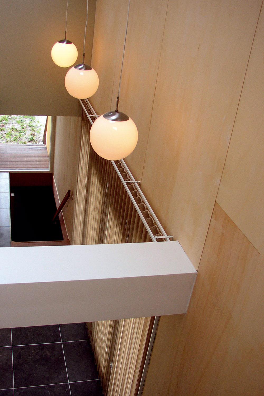 Odsadením horného podlažia sa dosiahol akýsi mezonetový efekt avďaka priehľadu až kšikminám strechy dom zvnútra nepôsobí uzatvorene nielen smerom do šírky, ale ani do výšky. Dojem svetlého, priestranného interiéru ešte umocňujú premyslene umiestnené strešné okná aľahké, priehľadné schodisko.