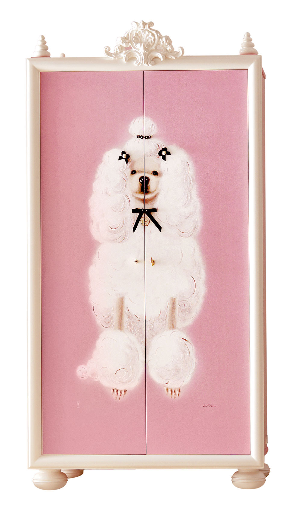 Kolekcia Lolita je určená všetkým, ktorí sa neberú príliš vážne. Historický tvar skrine bláznivo kontrastuje s ružovou farbou a motívom vyfinteného pudlíka.