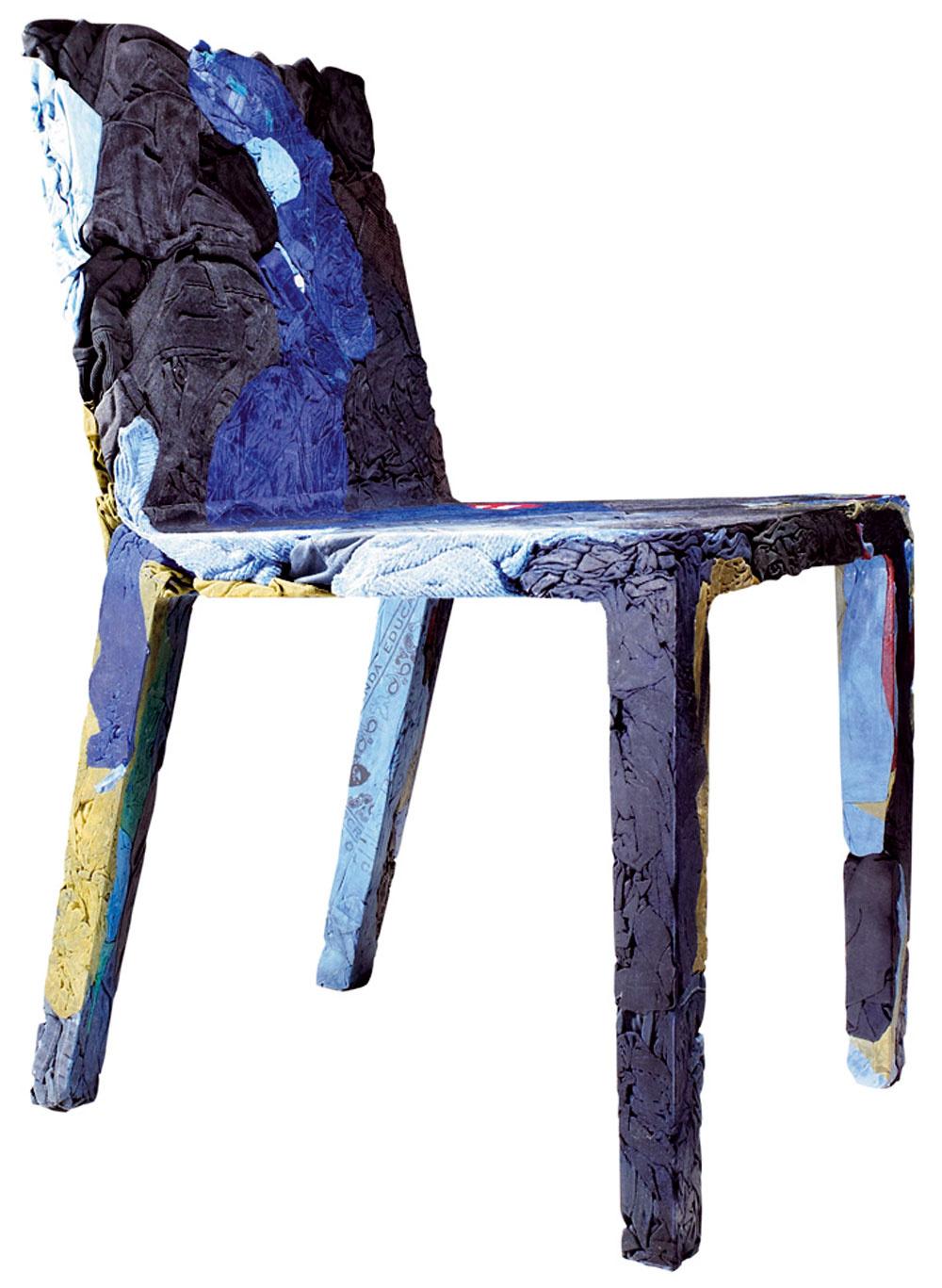 Nemecký dizajnér Tobias Juretzek navrhol pre taliansku značku Casamania sériu Remeberme (Spomínajnamňa) zobnoseného oblečenia zlisovaného do tvaru stoličiek. Staré materiály tak dostali nový príbeh amy zasa dôvod na zamyslenie nad ekologickými otázkami.