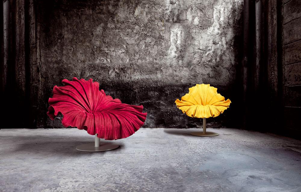 Rozkvitnuté kreslá Bloom šili ariasili ručne, použili pritom mikrovlákno akovové podnože. Vmilánskom výstavnom priestore ich počas týždňa dizajnu predstavil včervenom, žltom azelenom vyhotovení návrhár Kenneth Cobonpue.