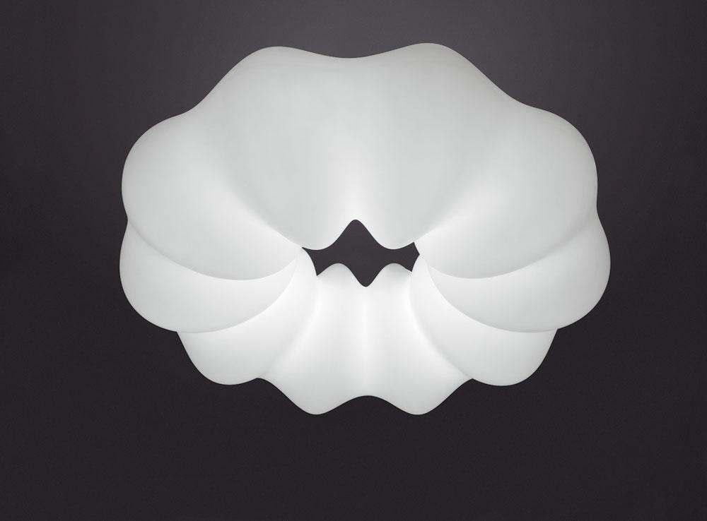 Rotačne vytvarované polyetylénové svietidlo Nuboli od Guida Mattu pripomína bábovku alebo morského živočícha. Visiac zo stropu sa skôr ponáša na ľahký oblak. Potvrdzuje tak, že organické formy sa čoraz častejšie uhniezďujú vponuke významných značiek.