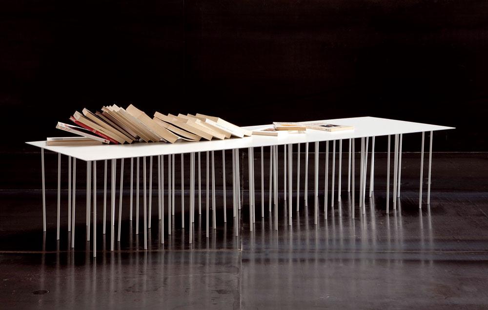 Danzante Table zlakovanej ocele sa chcel čo najviac dotknúť podlahy. Vtip, zábava, umenie alebo len taký konferenčný mnohonôžkový stolík, ktorému budete zbytočne podkladať nohu. Ak vobývačke prevažuje čalúnenie, textílie adrevo, možno si to pýta kovový solitér.