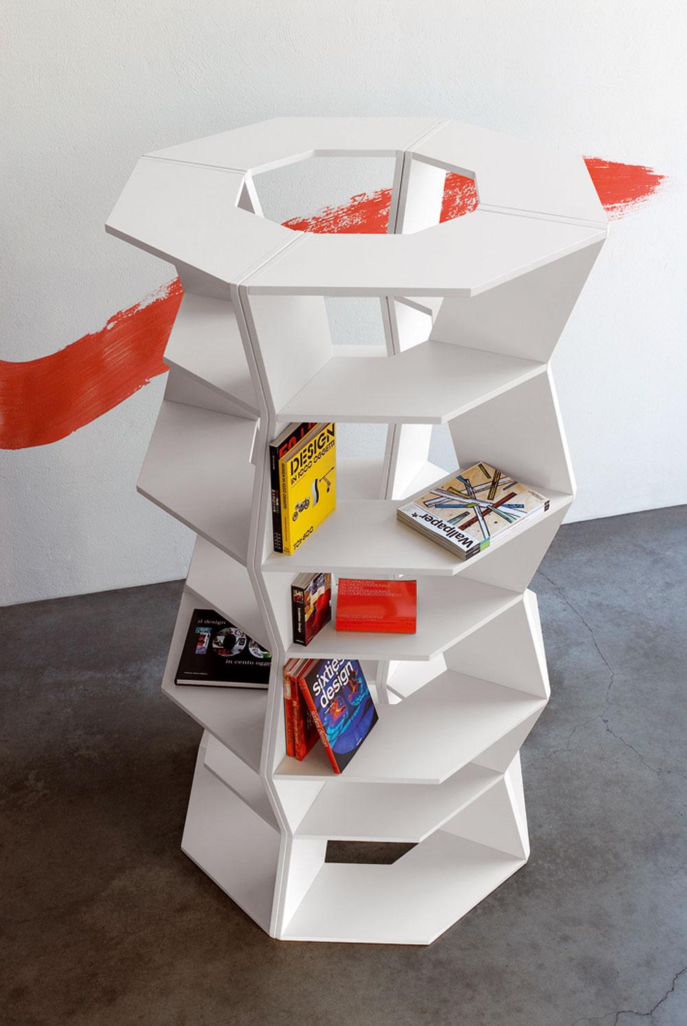 Knižnice so šikmými poličkami pomerne rýchlo zaradili do svojej produkcie mnohé dizajnové značky. Biele lakované moduly Zig Zag z MDF sú však predsa len v niečom iné. Možno ich poskladať do kruhu a utvoriť voľne stojacu sochu, ktorá v sebe len tak mimochodom ukrýva aj nejakú tú knižku. (dizajn: Aziz Sariyer)