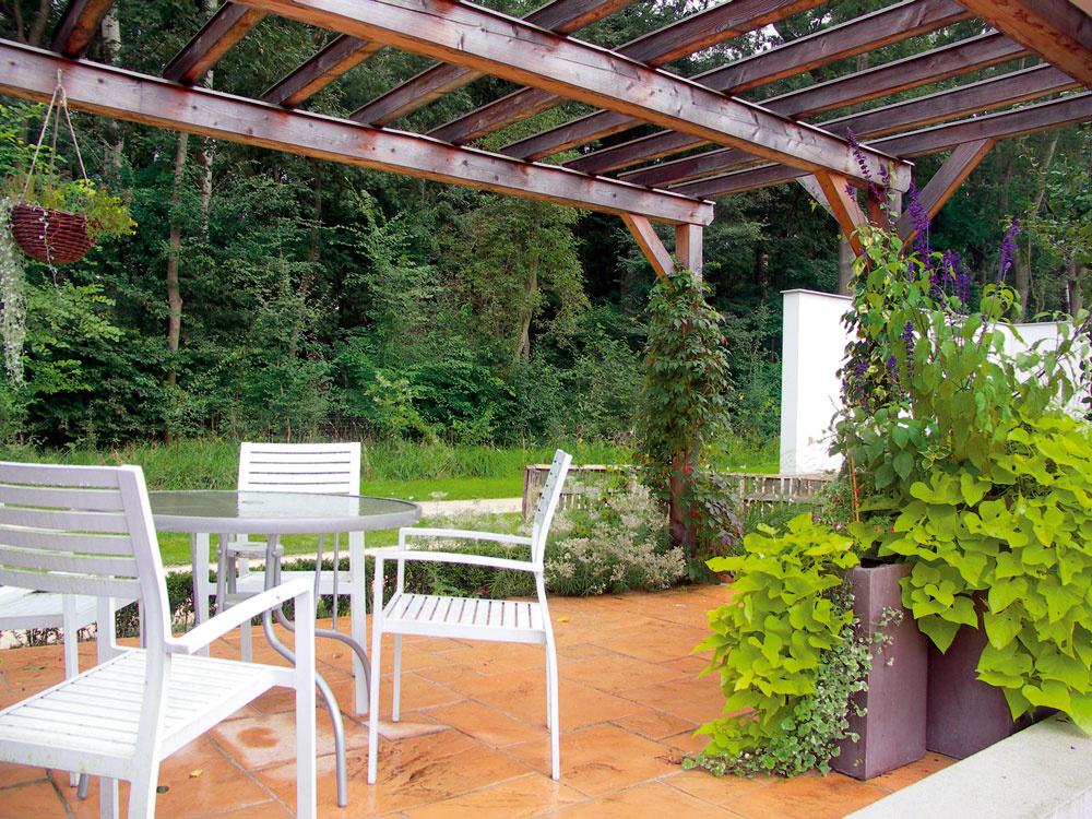 Terasa je typickým miestom na jednoduché záhradné stolovanie