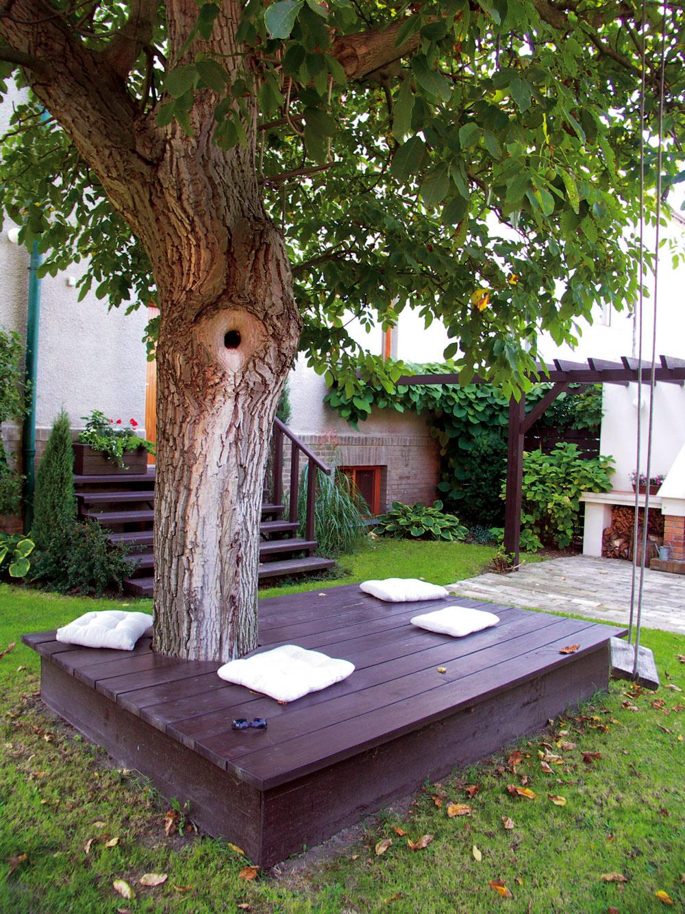 Jednoduchá drevená plošina azopár vankúšov vtieni starého orecha zmenili azútulnili túto malú záhradu. Na relaxáciu tu slúžia už viac ako desať rokov.