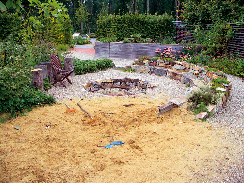 Pohodová jednoduchá záhrada, vktorej je množstvo lákadiel hlavne pre deti: pieskovisko, vktorom si môžu stavať, ohnisko aj jahody na maškrtenie. Kamenný múrik je zároveň bylinkovou záhradkou aj stabilnou lavicou, stačí priniesť pár vankúšov či prikrývok.