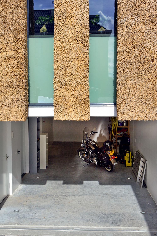 Suterén nie je pod celým domom – zgaráže sa vchádza len do troch menších miestností (vstupy do nich vidno na ľavom okraji snímky). Okná nad garážou vedú do kuchyne.