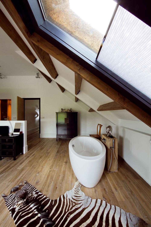 Vďaka výrezu vmúre, ktorý čiastočne oddeľuje kúpeľňu od spálne, možno vnímať veľký priestor spálne ako jednotný hneď pri vstupe do miestnosti. Vedľa dverí na chodbu je vstup do sprchy. Zebria koža na dubovej podlahe dopĺňa zariadenie vorientálnom štýle.