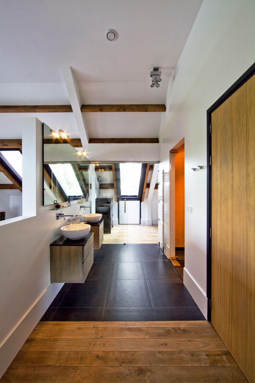 Zkúpeľne pri spálni sa vchádza do šatníka cez podobné sklené dvere, aké sú vkuchyni, smerom do spálne je však kúpeľňa otvorená. Paralelu skuchyňou vytvára aj nábytok zprírodného dreva asrovnakým dizajnom. (Umývadlá sú od talianskej firmy Kos.)