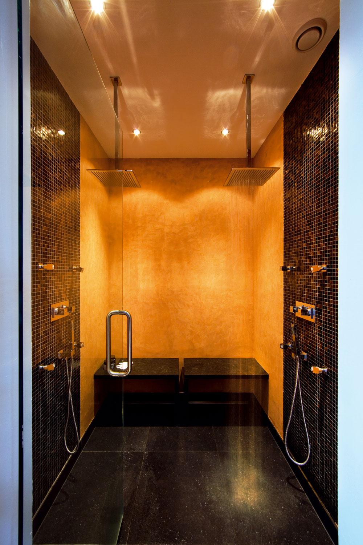 Sprcha je značky Saniclass Brauer Nurnberg, steny sú vyložené sklenou mozaikou Zanzibar od španielskej firmy Onix.