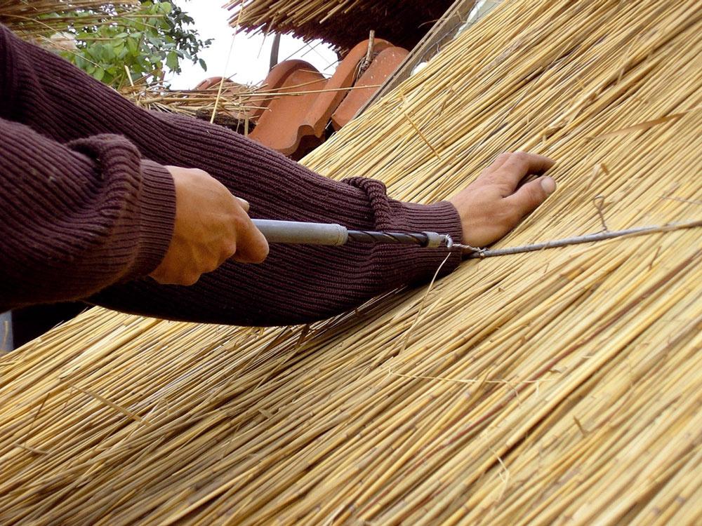"""Snopy sa pripevňujú, či """"prišívajú"""" skrutkami upevnenými na drôty. Kedysi sa používali klince avŕbové alebo lieskové prúty."""