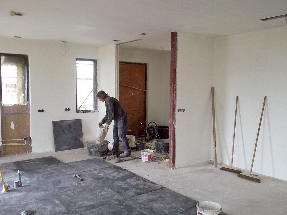 Na prízemí sa na rovný cementový poter (tvorí akumulačnú aroznášaciu vrstvu podlahového vykurovania) ukladali štvorcové dlaždice zčínskeho vápenca shranou až 80 cm. Na poschodí, kde sú dubové podlahy, sa vykuruje radiátormi.