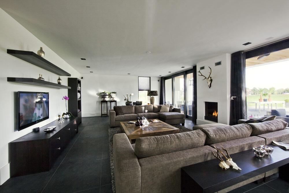 Priestor vobývačke nerozčleňujú visiace lampy ako vjedálni. Architekt si tu zvolil stropné svietidlá od belgickej firmy Modular astojacu astolnú lampu. Medzi nábytkom na objednávku sa vyníma silno patinovaný konferenčný stolík sobálkovým dizajnom.