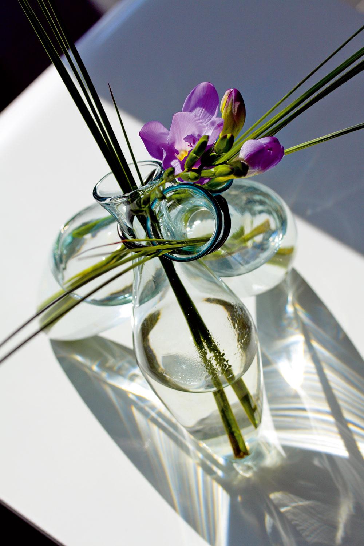 """Sklenená vázička """"trojnožka"""" od firmy Serax. Dizajn Arnout Visser. Výška 15cm. Cena 20,50 €. PredávaBird&Tree."""