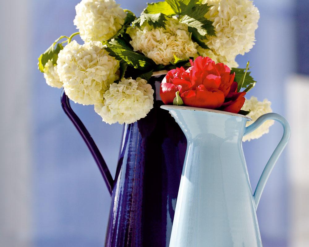 Oceľové vázy Sockerärt s farebným smaltom sa dajú využiť aj ako džbány. Dizajn Sigga Heimis. Výška 22 a 16 cm, objem 1,4 a 0,6 litra. Cena 9,99 a 5,99 €. Predáva IKEA.