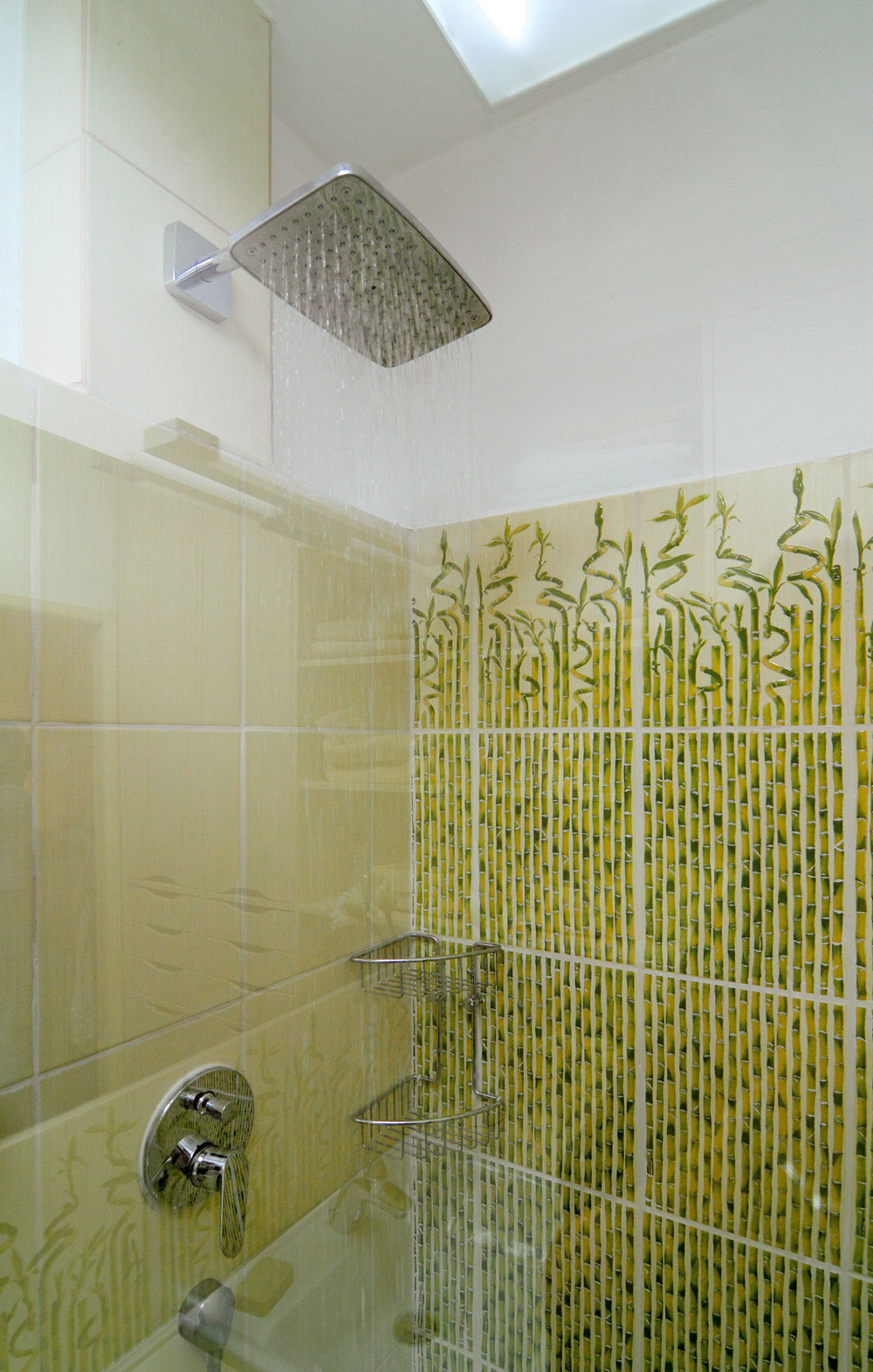"""""""Mňa najviac teší rozmerná, stabilne upevnená sprchovacia hlavica – mám rád kúpanie vdaždi,"""" spomína majiteľ, ako si doprial nový spôsob sprchovania ako vianočný darček."""