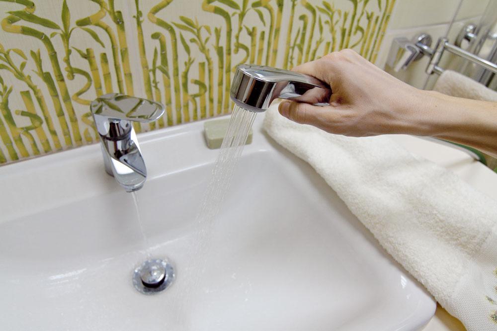 """""""Výrobca síce navrhol malú ručnú spršku kbidetom, ale tu nám pomohla vyriešiť potrebu akčného umývania vlasov."""""""