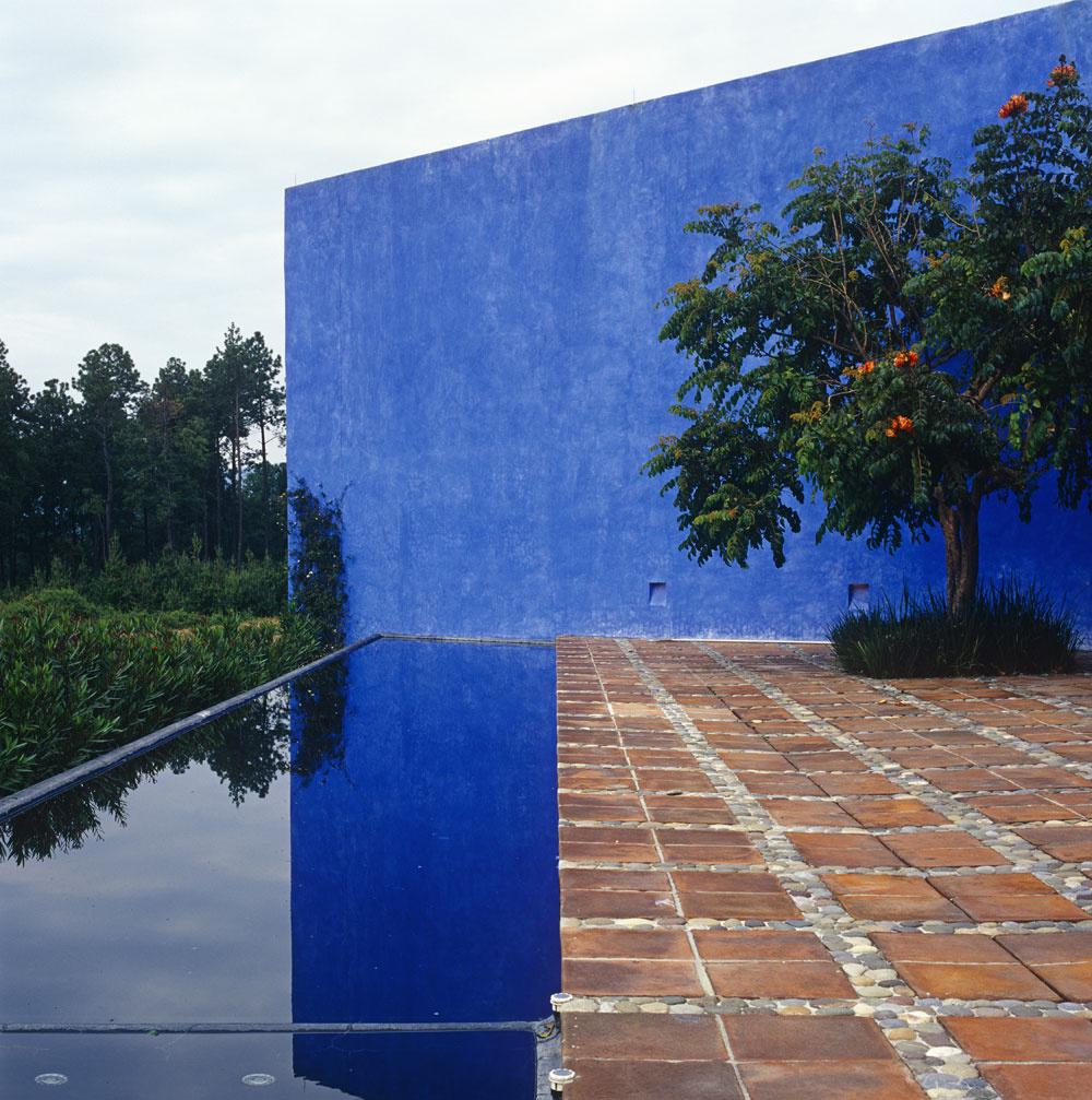 Casa del Sabino. Rajský relax, prírodné materiály, žiarivé farby, geometrické obrazce.