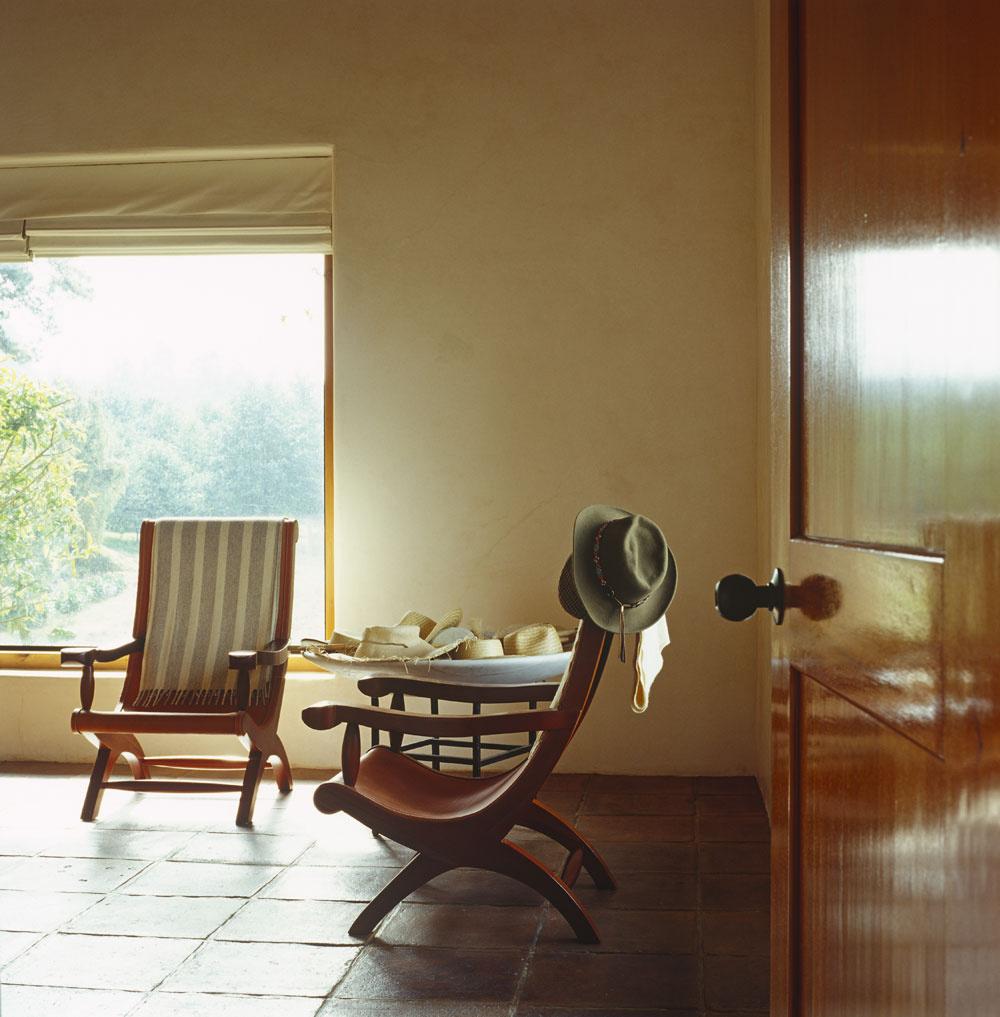 Strohá, ikeď farbami amäkkým svetlom zútulnená architektúra pôsobí priateľskejšie, keď sa interiér zariadi nábytkom zprírodných materiálov. Chodby, vstupy, okná, priehľady. Všetky sú umiestnené anasmerované tak, aby obyvateľom domu vytvárali neopakovateľné scenérie.