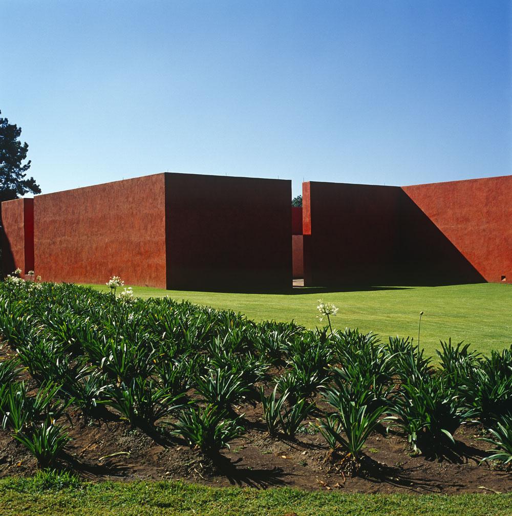 Tradičná mexická architektúra interpretovaná novým pohľadom súdobého architekta: Casa del Sabino vyrástla vkraji západne od Mexico City na objednávku umelecky založenej rodiny Patrície Hernandez ajej syna Carla Verea. Vysoké terakotové steny naznačujú spojitosť svidieckym rázom puebla (stupňovito stavané indiánske dediny, vktorych sa murivo novších obydlí nadstavilo na starú zástavbu). Prítomnosť agávovej záhrady spája haciendu svidieckou minulosťou.