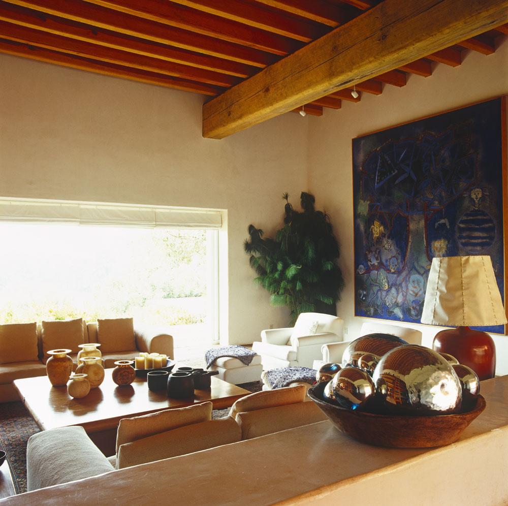 Vobývacích miestnostiach si pohovky mäkko vystlali aniektorí majú aj výhľad do krajiny, oprotisediaci sa zas tešia pohľadu na kozub aumelecké diela.