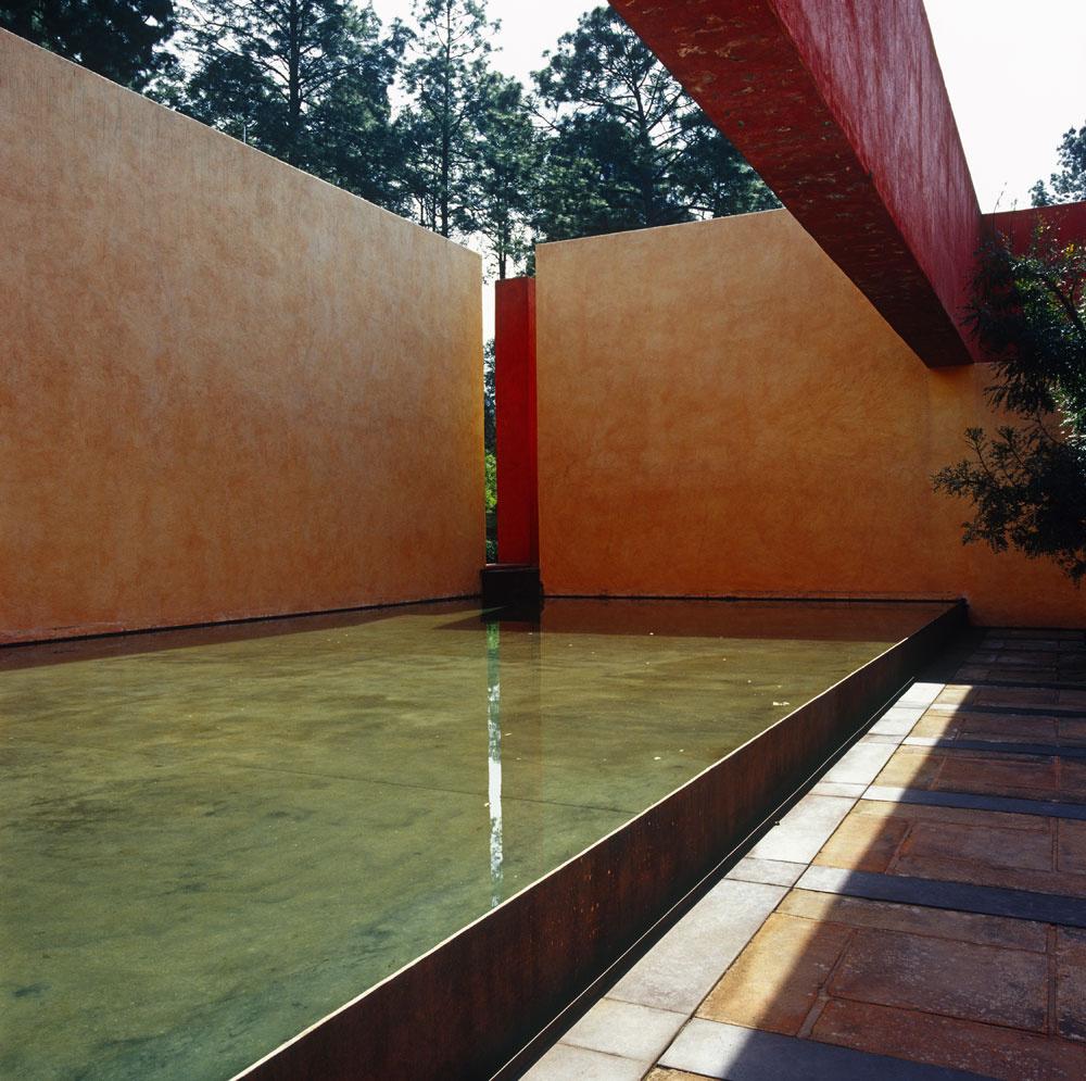 Juhoamerickí indiáni ateraz aj mexickí architekti, ktorí tak ako Jose de Yturbe nasledujú ich odkaz aodkaz Barragánovej architektonickej školy, sú povestní používaním žiarivých teplých farieb na fasádach súčasných budov.