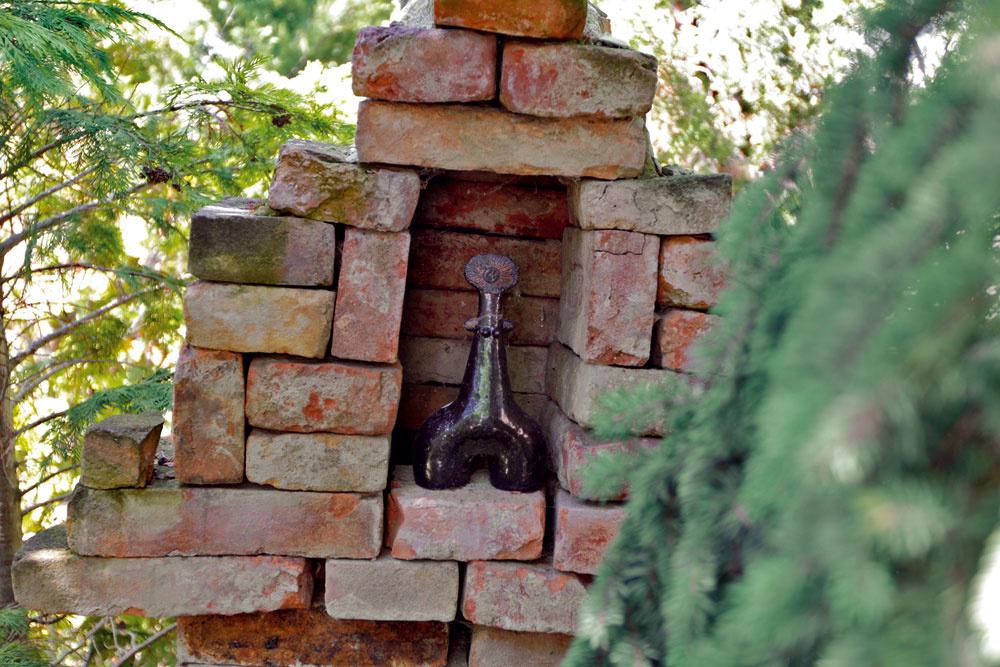 """""""Pod cédrom vnike ztehál zozbieraných zbúračiek máme svoju dunajskolužniansku madonu,"""" viedol nás Ferko za zelenú stenu kvonkajšiemu kozubu."""