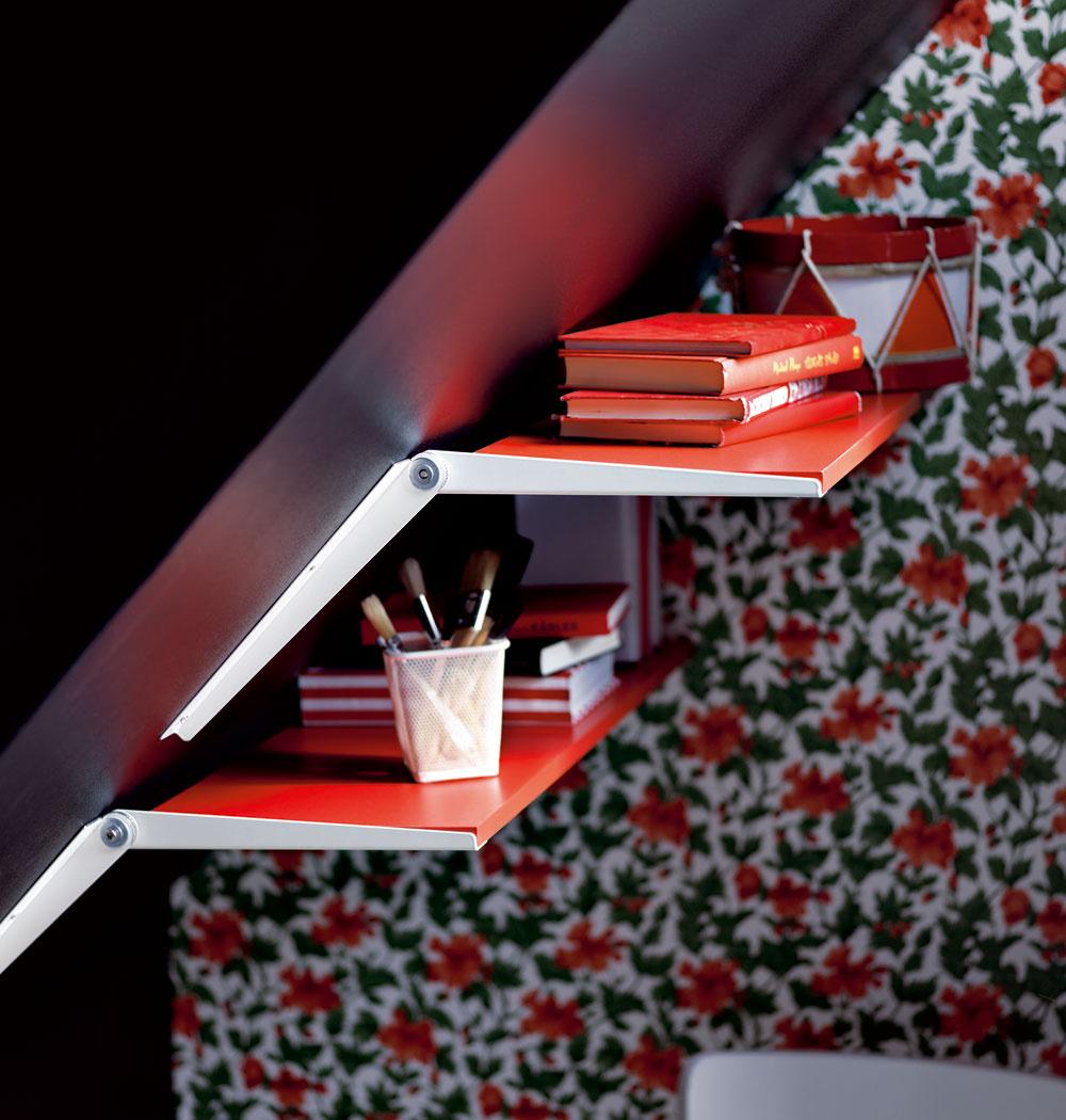 Konzola na šikmú stenu Ekby Riset. Dá sa nastaviť aukotviť vrôznych uhloch; umožňuje využiť na odkladanie napríklad aj šikmé steny vpodkrovných priestoroch. Cena 4 €. Predáva IKEA.