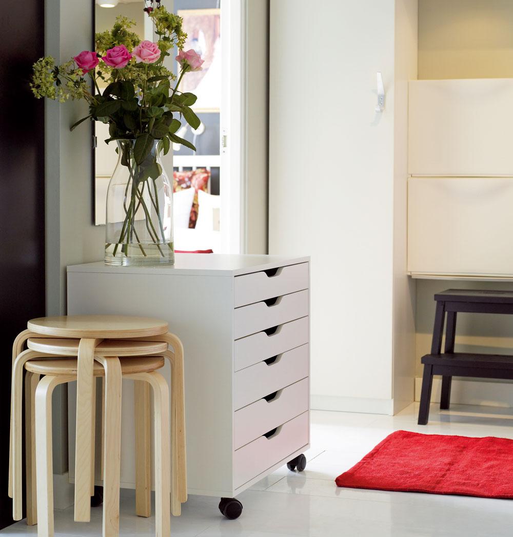 Stohovateľná stolička Frosta zbrezovej dyhy, spriemerom sedadla 35cm. Môže poslúžiť aj ako odkladací stolík. Cena 7,99 €/ks. Zásuvkový diel na kolieskach Alex ľahko ho premiestnite, kam potrebujete. Cena 99,90€. Predáva IKEA.