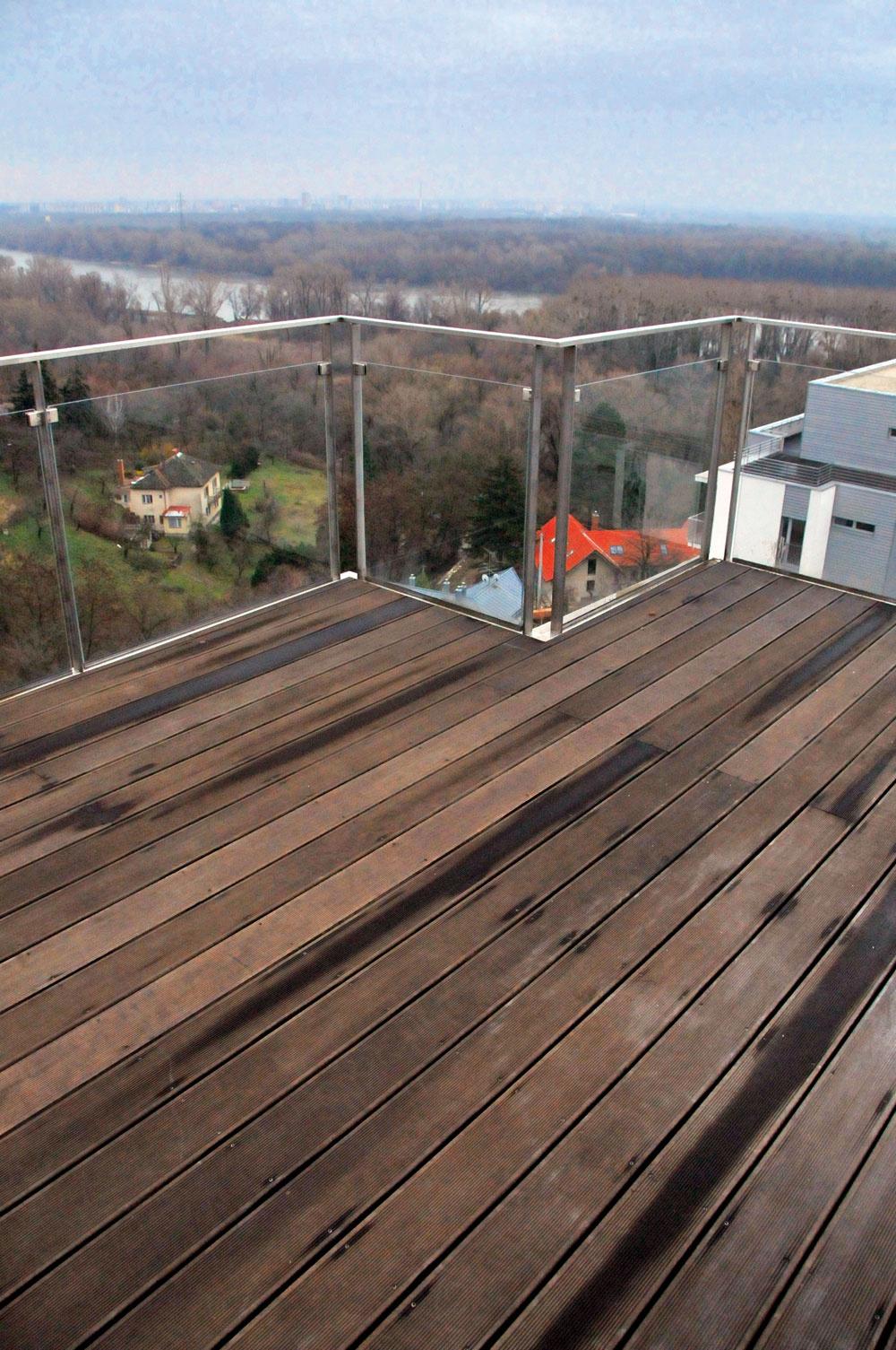Drevo zcumaru, ipe, badi, kanadského cedra netreba povrchovo upravovať. Dosky na obklade domu alebo na terase časom zošednú. Komu šednutie dreva prekáža, ten sa môže rozhodnúť pre náter transparentnými olejmi. Predlžujú  farebnú stálosť dreva azvýrazňujú jeho prirodzenú farbu akresbu. Túto údržbu treba opakovať jeden až dvakrát počas roka vzávislosti od orientácie terasy alebo fasády. Ak údržbou fasády alebo terasy nechcete tráviť toľko času, použite pigmentované oleje. Obsahujú farbiace zložky, ktoré majú vsebe UV ochranný filter, ich farebná stálosť trvá 3až 5 rokov.