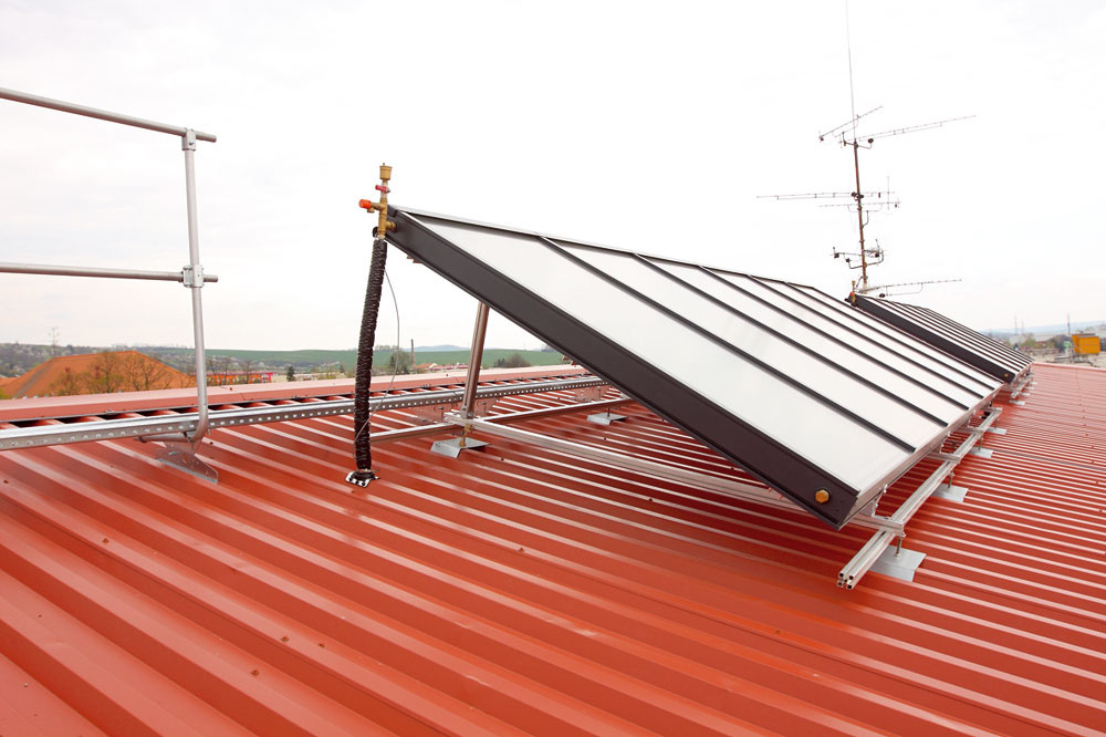 Aby sa dosiahol optimálny uhol dopadu slnečných lúčov, panely sa niekedy inštalujú na strechu spomocnou nosnou konštrukciou.