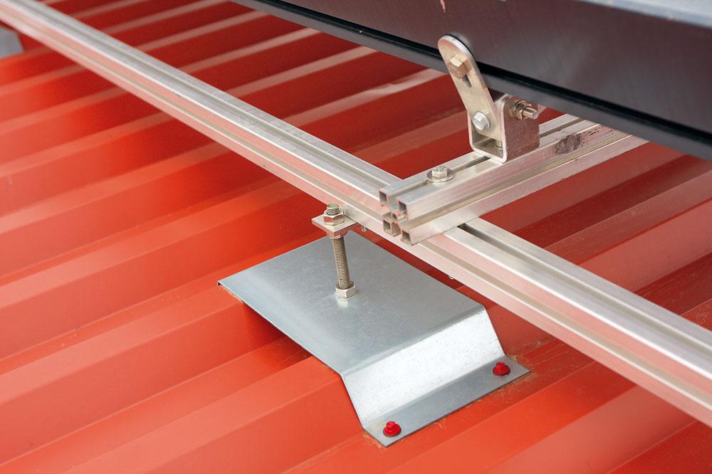 Správna inštalácia panelov nenaruší strechu domu – pre každú strechu existuje vhodný typ konštrukcie auchytenia.