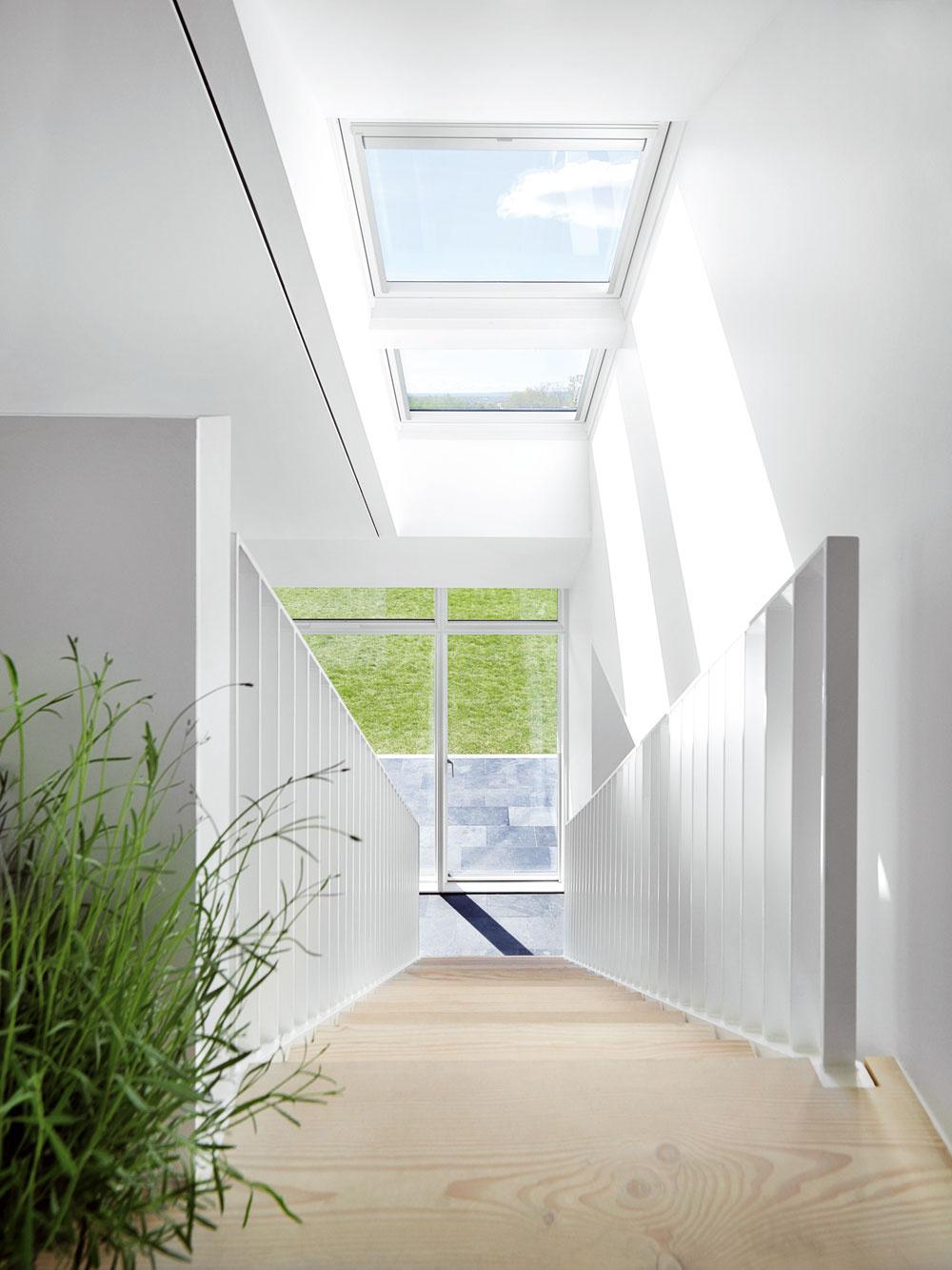 Denné svetlo je súčasťou vnútornej klímy, od ktorej závisí zdravie človeka. Množstvo atyp svetla výrazne ovplyvňujú duševnú pohodu, ľudský biorytmus análadu. Každá miestnosť si podľa svojho účelu vyžaduje špecifické množstvo denného svetla. To by malo zohľadňovať potreby, vek aaktivity obyvateľov domu.