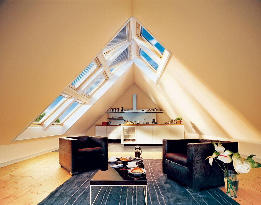Vysoký krov je zároveň aj široký; ak sa strešné okná ocitnú nižšie na šikmine strechy, svetlo preslní iba kraj interiéru. Ateliérové okná však veľkoryso preslnia interiér priamym aj rozptýleným svetlom amobilizujú kaktivite.