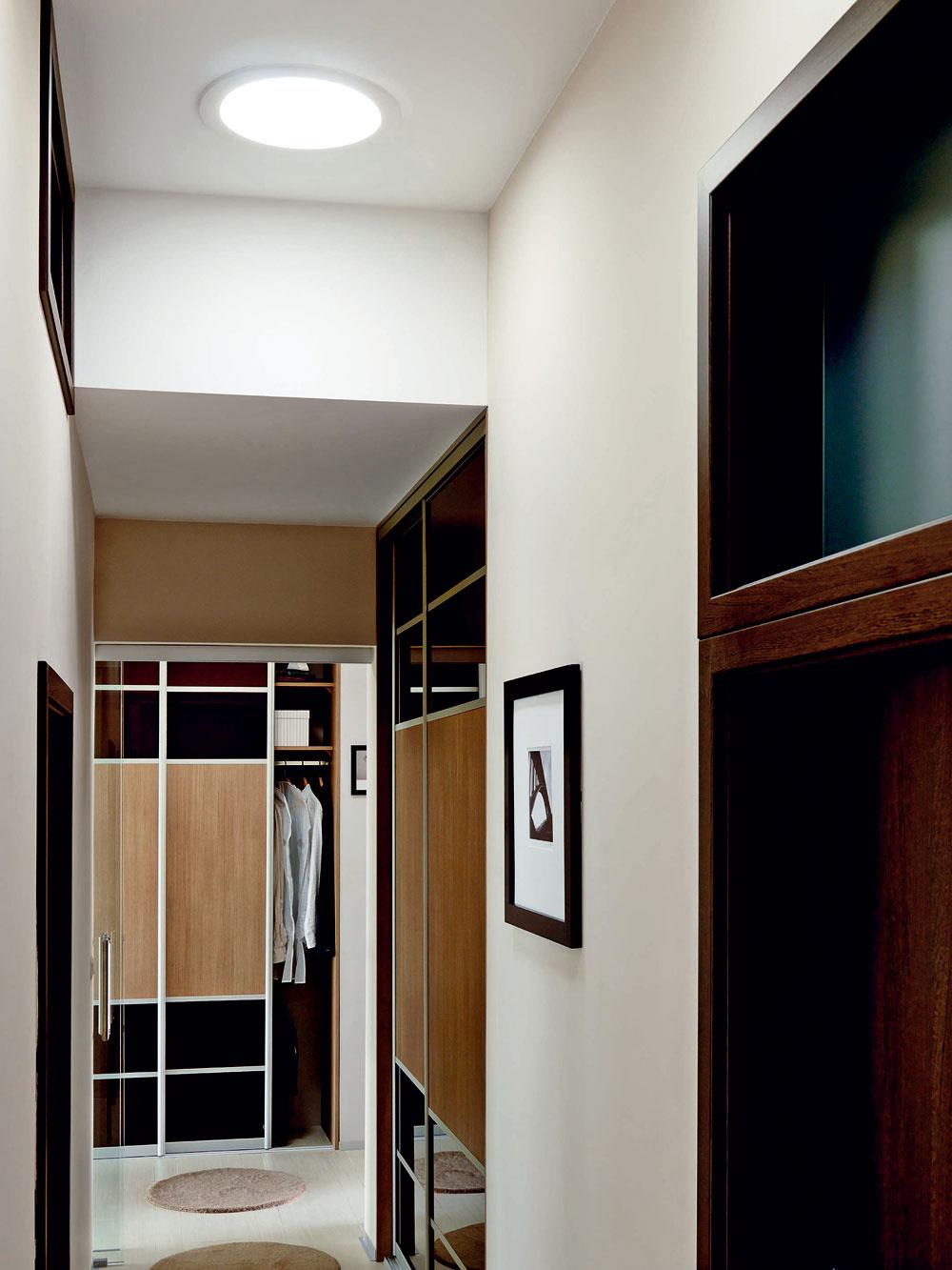 Svetlovodom, bez výraznejšej straty svetelnosti aj keď je nebo oblačné, možno priviesť denné svetlo do uzavretých útrob domu aj na vzdialenosť päťnástich metrov. Svetlovody prenášajú denné svetlo do interiéru. Majú flexibilnú dĺžku amožno ich použiť vo všetkých častiach obytného priestoru a pri všetkých druhoch strešnej krytiny. Sú riešením najmä tam, kde zkonštrukčných dôvodov nemožno priviesť prirodzené vonkajšie svetlo do interiéru konvenčným spôsobom.