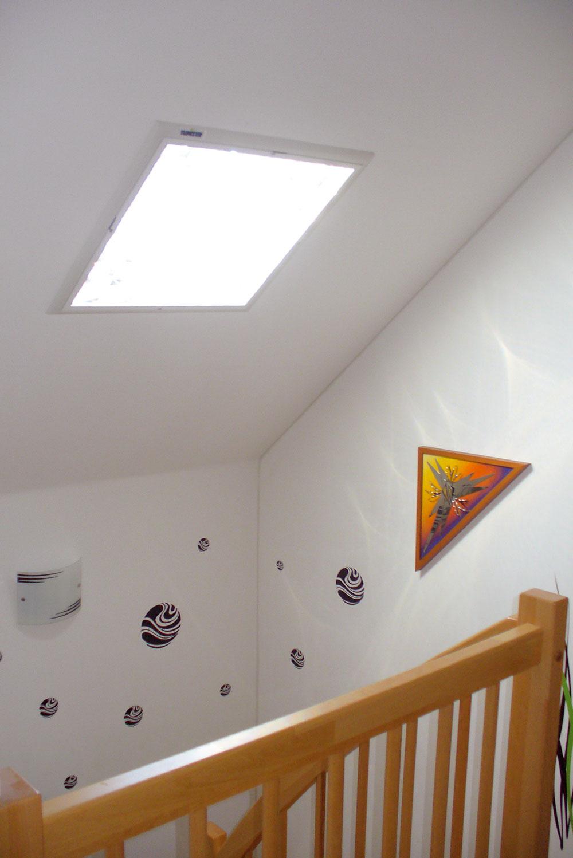 Svetlovod Sunizer môže vniektorých prípadoch plnohodnotne nahradiť strešné okno. Konštrukcia svetlovodu využíva krozptylu slunečných lúčov patentované Fresnelove šošovky. Často sa ním vyrieši osvetlenie schodiska.