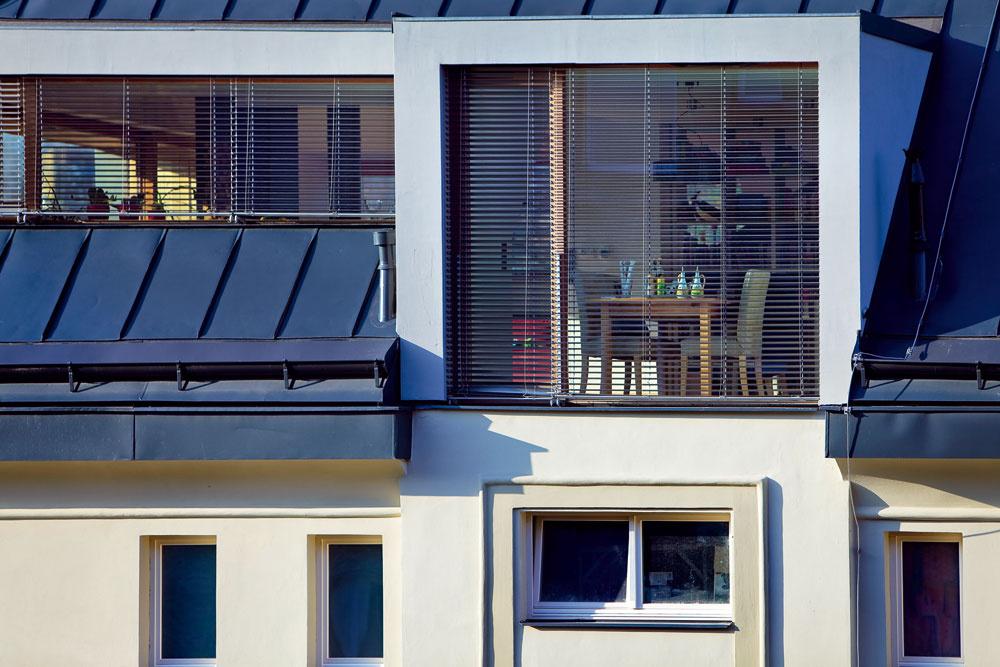 Vikier ikeď konštrukčne náročnejší adrahší svojím tvarom vystupuje zo strešnej roviny. Zväčšuje tak obytnú plochu podkrovia ajeho obyvateľom zabezpečuje vizuálny kontakt svonkajším svetom. Vikier významne ovplyvní vzhľad strechy, môže zmeniť pôvodný ráz architektúry domu atak je prirodzené, že pri dodatočnom vybudovaní vikiera treba požiadať stavebný úrad oschválenie. architektonický návrh: Jiří Janďourek ATAK architekti