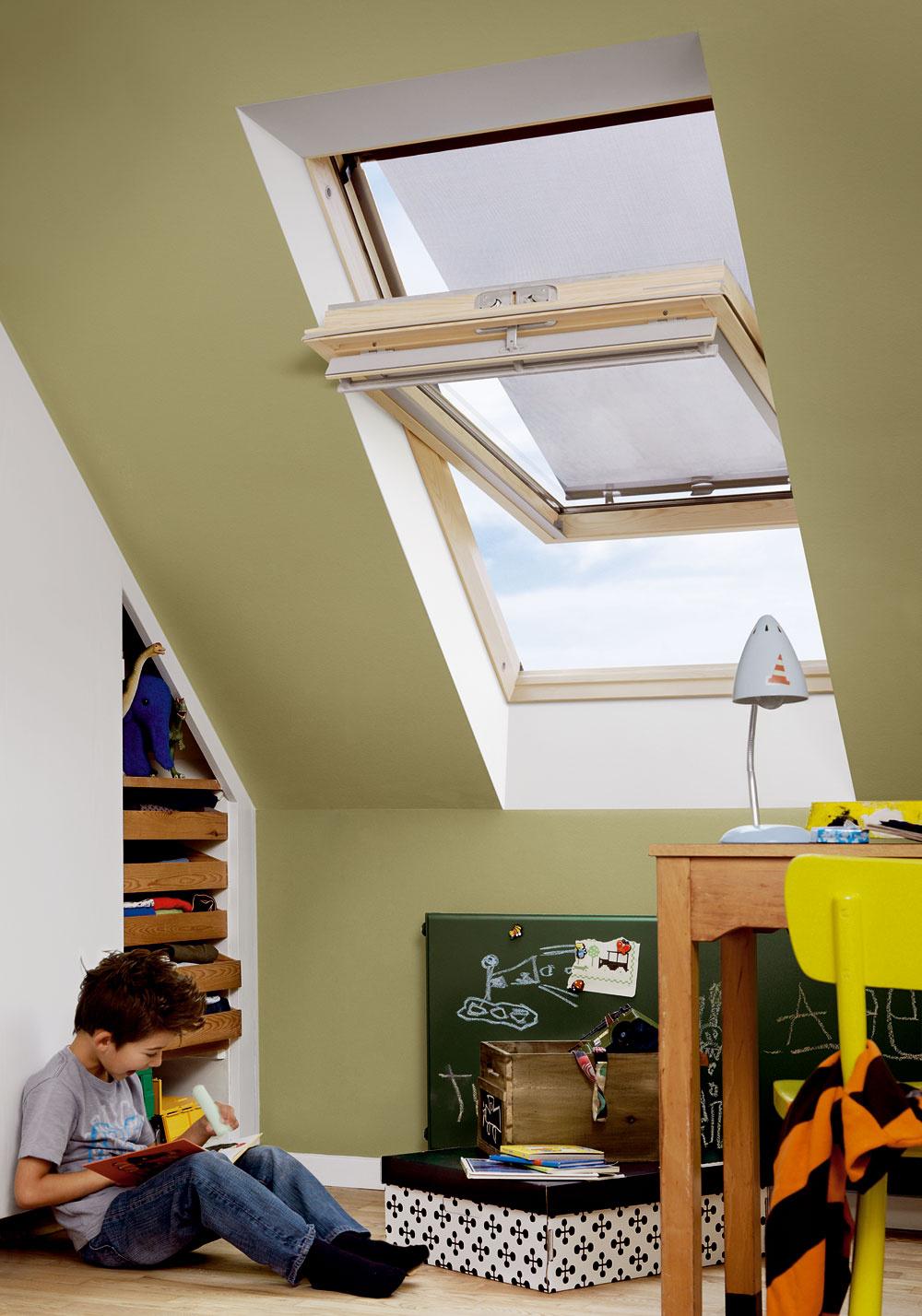 Strešné okno osadené vnaklonenej rovine strechy je už klasickým spôsobom ako vniesť denné svetlo do podkrovia.  Bezpečnostné predpisy hovoria, že spodný okraj strešného okna by sa mal ocitnúť maximálne vo výške 1 200 mm nad úrovňou podlahy ahorný okraj okraj by mal siahať minimálne do výšky 1 900 mm.