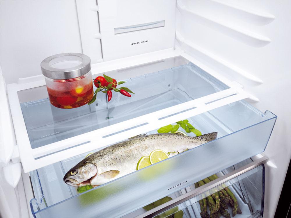 Zásuvka Fresh Zone zabezpečí dvakrát dlhšiu čerstvosť vďaka nižšej teplote o15 % (najmä na uskladnenie rýb amäsa). Je flexibilná, môžete ju presunúť do ľubovoľnej úrovne aupraviť tak vnútorný priestor chladničky podľa svojich predstáv.